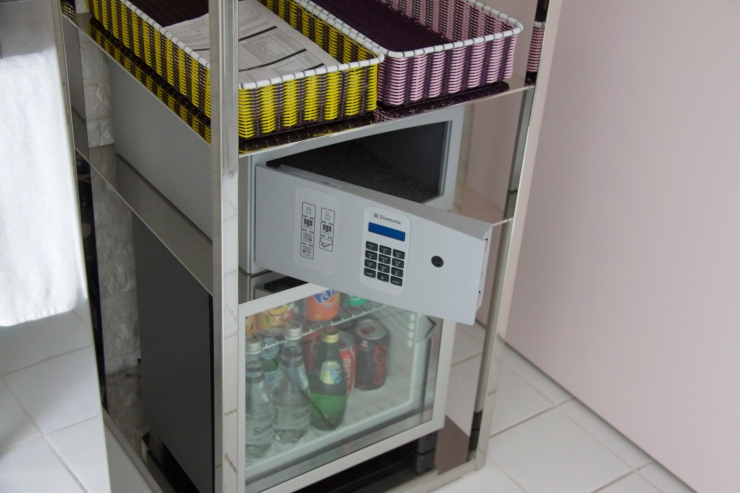 Mini bar & safe